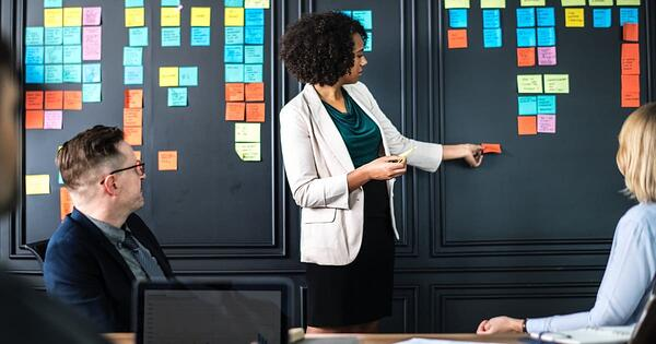 Debate de marketing interno vs marketing de agencia
