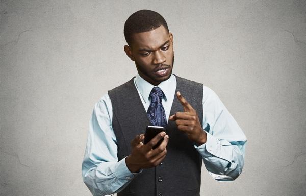 persona mirando un teléfono móvil