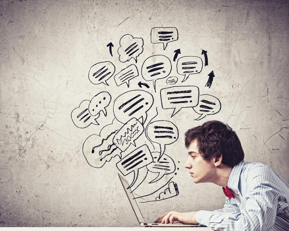 Imagen de un joven empresario sosteniendo una tableta contra un fondo de diseño