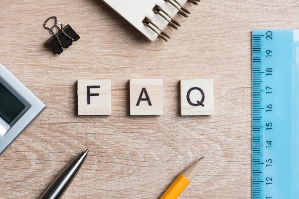 Imagen de escritorio con preguntas frecuentes en letras mayúsculas.