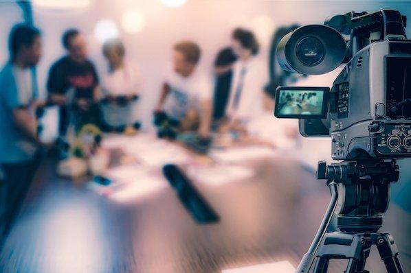 Cámara de video registrando una reunión de marketing digital